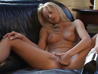 Blondine solo mit Dildo