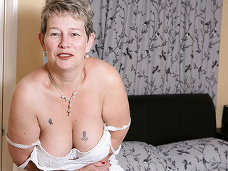 Mature horny lady is playing with her cunt really filthy