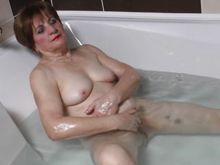 granny lady raisha playing likes bathing games