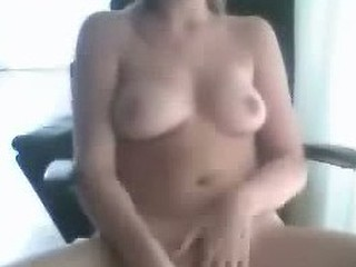 Dirty bimbo tests her cam