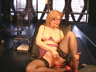 Sassy bitch Nina Hartley fingers her wet cock pit